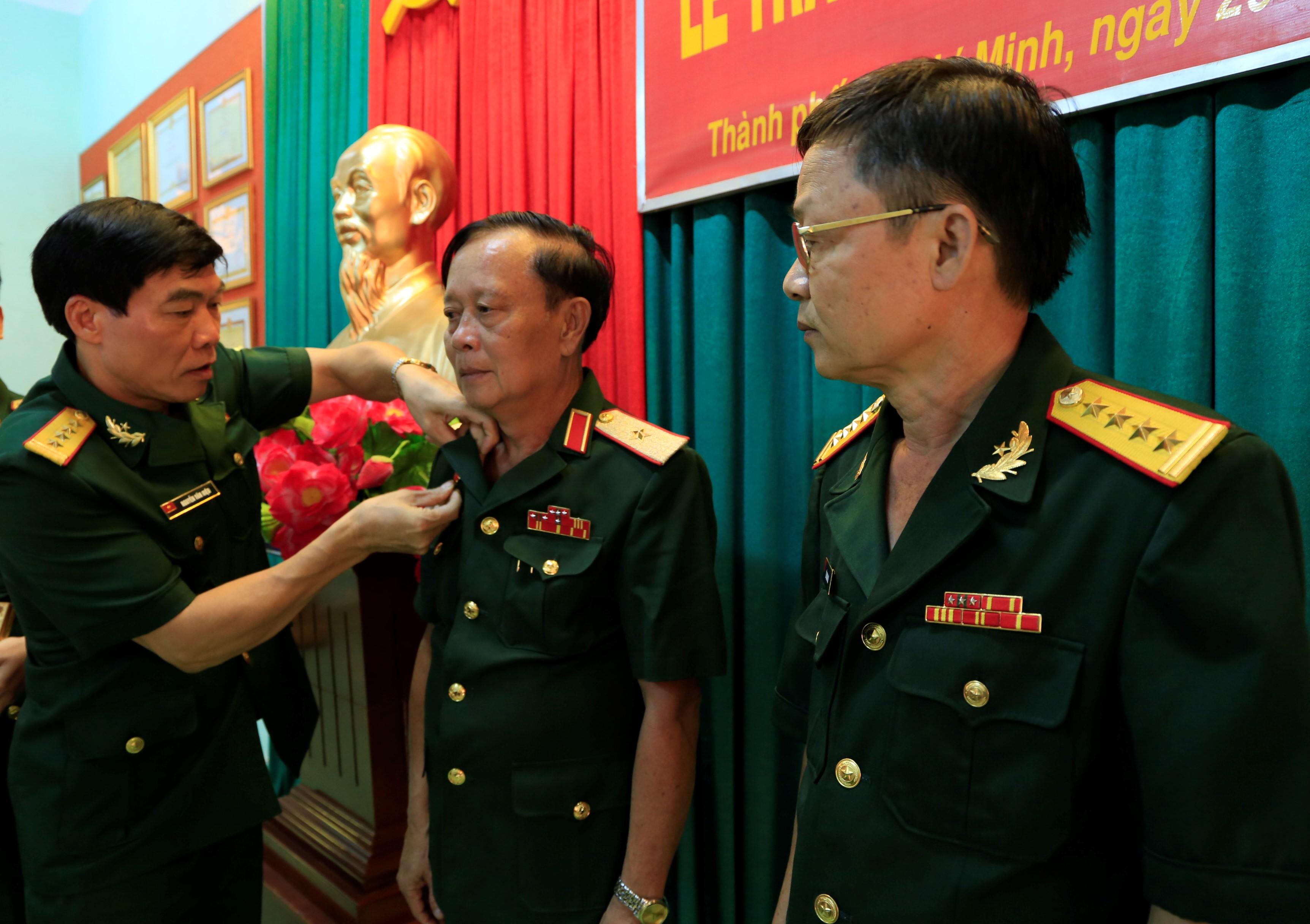 Quan Khu 7 Online Phong Tổ Chức Cục Chinh Trị Quan Khu 7 Trao Huy Hiệu 40 30 Năm Tuổi đảng